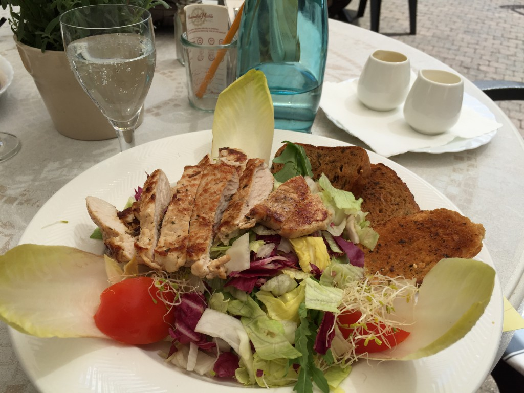 Helle had some salad with chicken